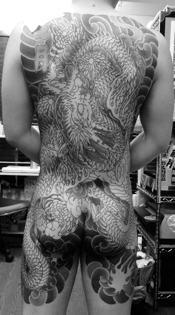 背中一面 一匹龍 / 菊